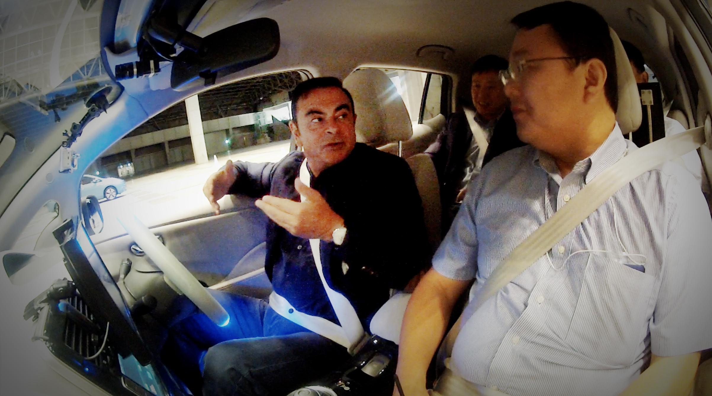 Il boss di nissan carlos ghosn prova l auto che si guida for L auto che si guida da sola