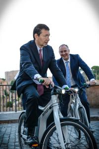 smart-consegnate-al-sindaco-marino-la-nuova-smart-elettrica-e-linedita-smart-ebike-consegna_smart_electric_drive_e_ebike_sindaco_marino_5