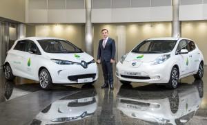 Il CEO Renault-Nissan Carlos Ghosn tra una Renault ZOE ed una Nissan LEAF fornite alla COP21 - Credit: Olivier Martin Gambier