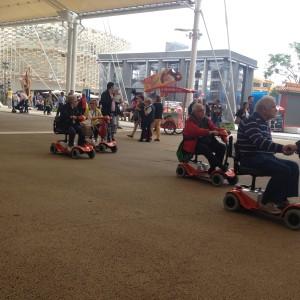 Grazie alla possibilità di noleggiare mini-scooter elettrici a quattro ruote e carrozzine manuali presso Cascina Triulza, il Mobility Center ha reso possibile e più semplice la visita all'Expo alle persone con disabilità permanenti, temporanee e anziani