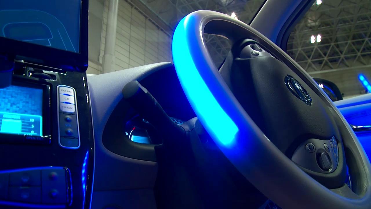 Il Boss di Nissan Carlos Ghosn prova l'auto che si guida ...