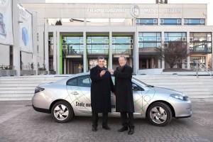 Il sindaco di Bolzano riceve le chiavi dell'auto elettrica dal presidente di Fiera Bolzano, Gernot Rössler