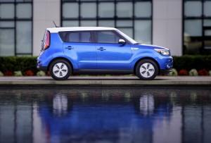 kia-debutta-nella-windy-city-con-il-primo-veicolo-elettrico-per-il-mercato-di-massa-8005_1_2
