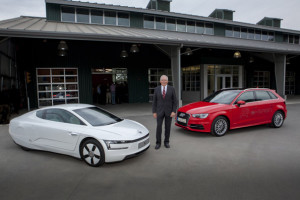 Il Prof. Dr. Ulrich Hackenberg fra una Volkswagen XL1 ed una Audi A3 e-tron durante un recente intervento alla Stanford University - Credits: Audi