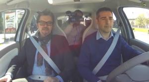 Il sindaco di Parma Pizzarotti e l'assessore regionale alla mobilità e ai trasporti Peri parlano della mobilità elettrica al volante di una Renault ZOE