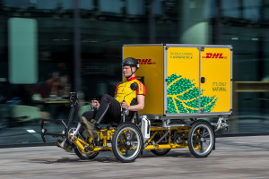 DHL ha inserito in Olanda cargo-bike ed e-cargobike all'interno della catena logistica, ridisegnando la sua organizzazione in funzione della diversa capacità di carico.
