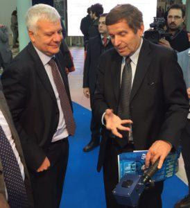Il presidente ENEA Testa (a destra) illustra MONICA al ministro dell'Ambiente Galletti a Ecomondo.